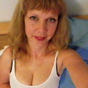Innerhalb der Familie bin ich die liebste Frau, die man sich nur denken kann, allerdings sieht es im Bett etwas anders aus. Da brauche ich es etwas ausgefallener als den 0815 Sex. Da kanns mal richtig hart zugehen. Das ist allerdings nichts für meinen Mann. Darum bin ich hier um eben meine Bedrüfnisse hoffentlich erfüllen zu können. Diskretion ist natürlich ein MUSS