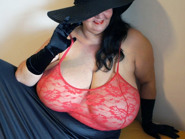 Reife Sandra aus Wien mit Monstertitten